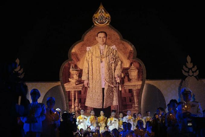 Thailand Di Thailand loyalitas terhadap Raja dan kerajaan sangat dijunjung tinggi. Bahkan kalau mau nonton bioskop, lagu kebangsaan akan diputar terlebih dahulu. Nah bagi kamu yang datang ke sana jangan sekali kali bicara tentang kerajaan ya. Hal itu sangat ofensif bagi rakyat Thailand. Takut salah ngomong bisa dipenjara.