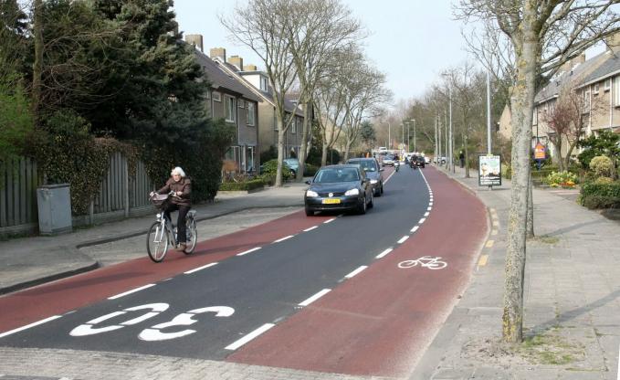 Belanda Di Indonesia menggunakan trotoar sebagai jalan alternatif bagOK pengendara sepeda motor adalah hal biasa. Namun din Belanda kamu akan didamprat habis habisan. Mereka sangat mematuhi aturan.