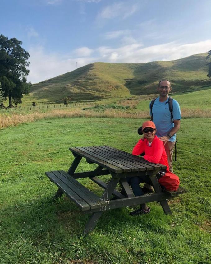 Menikmati hamparan rumput yang luas Momen ini diambil saat mereka menikmati pemandangan perbukitan di daerah Waitomo, Selandia Baru
