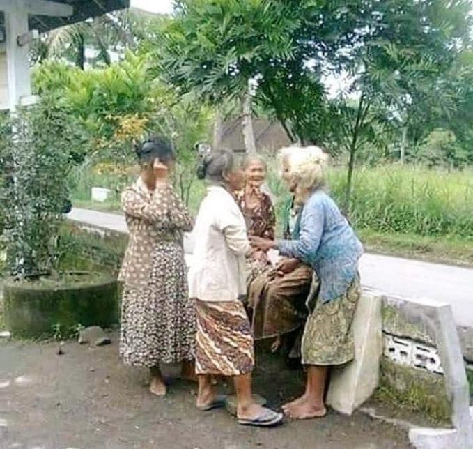 Inilah yang terjadi ketika para ibu-ibu sedang berkumpul di masa tua nanti.