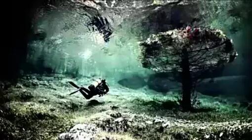 Taman bawah air Austria Danau indah yang ada di kaki gunung Hochschwab Austria ini dapat menjadi sebuah taman yang indah saat musim dingin tiba. Di danau yang dijuluki sebagai danau Greenlight karena memiliki warna hijau. Saat musim dingin ketinggian air danau begitu rendah. Selain itu daratan di sekelilingnya menjadi sebuah taman yang indah bisa digunakan untuk berjalan kaki. Tapi saat musim panas tiba es yang ada di pegunungan tersebut meleleh dan kemudian membuat air permukaan danau meninggi dan menutup daratan taman di sekitarnya. Pada saat inilah orangbdapat melihat taman di bawah air yang sangat indah.