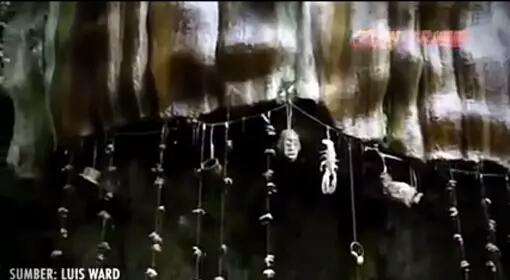 Petrifying Well Tempat miserius yang ada di Inggris ini memang benar benar aneh sebab tempainin bisa mengubah sebuah benda menjadi batu setelah tersentuh air. Selama ratusan tahun penduduk setempat meyakini bahwa air yang disana telah dikutuk oleh iblis. Sehingga bisa mengubah apapun menjadi batu setidaknya dalam waktu seminggu.