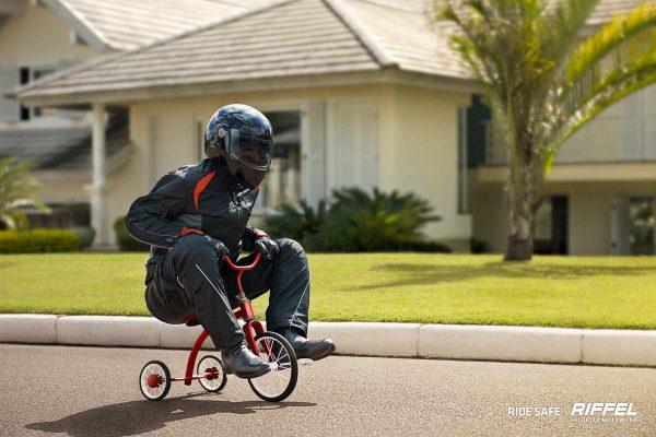 Walaupun pakai sepeda roda tiga soal keselamatan wajib diperhatikan gaes. Salah satunya adalah dengan memakai perlengkapan safety riding lengkap.