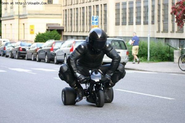 Awas, ada pembalap yang lagi test ride motor balap roda tiga keluaran terbaru gaes. Nggak minggir bakalan ditabrak !.