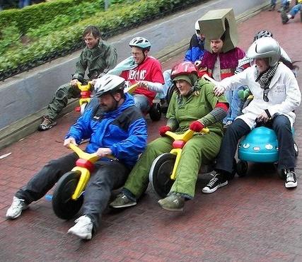 Mumpung lagi liburan, mending diisi dengan seru-seruan gengs. Seperti dilakukan mereka ini nih. Ternyata sepeda roda tiga nggak hanya dipakai oleh anak-anak aja ya Pulsker. Tapi para orang tua kadang masih suka mengendarainya lho.