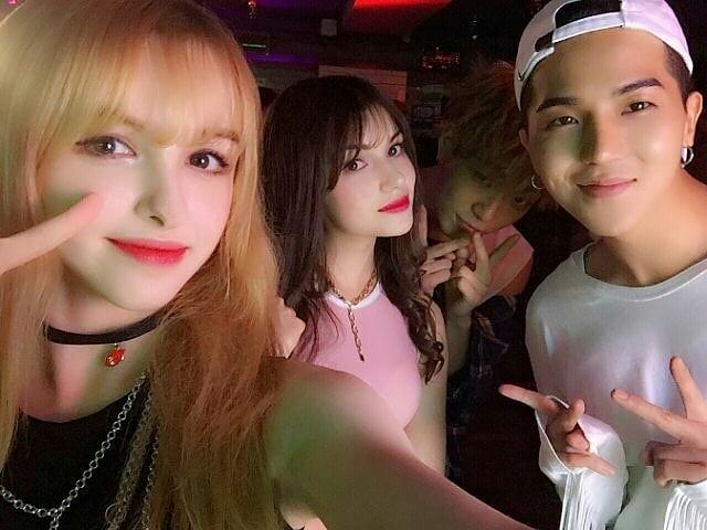 Tuh kan dia bersama teman teman Koreanya.