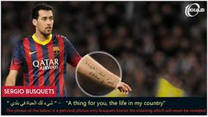 Sergio Busquets Di lengan kirinya bertuliskan arab yang jika diartikan adalah sesuatu untuk anda, kehidupan di negara saya.