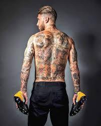 Sergio Ramos Pesepak bola yang tubuhnya diselimuti tatto ini mempunyai tatto dipergelangan tangannya dengan tulisan namanya sendiri.