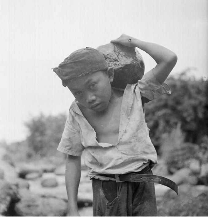 Tak hanya itu, kadang anak-anak harus mengangkat beban berat lainnya seperti batu.