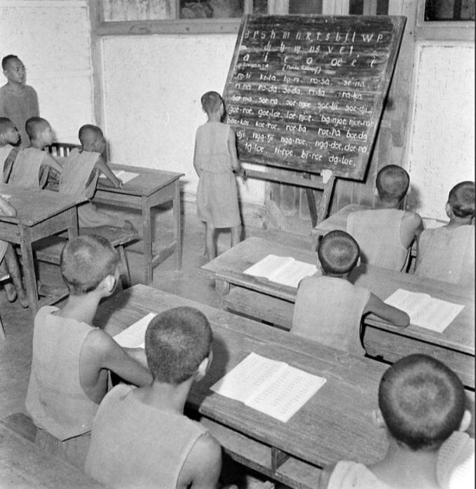 Yang kalian liat ini bukanlah anak yang sedang belajar di sekolah, tapi mereka sedang belajar di ruang kelas khusus di penjara anak-anak Madiun tahun 1947.