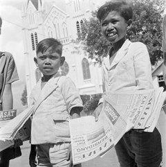 Dengan wajah yang ceria, anak-anak ini menawarkan koran kepada para calon pembeli di jalanan tahun 1947. Miris ya Pulsker ngeliat pekerja anak Indonesia masa silam. Harusnya sebagai generasi di era milenial kita bersyukur banget. Karena selain hidup di era kemerdekaan, kita sudah nggak susah lagi seperti yang dialami oleh mereka. Semoga pekerja anak dapat dihapuskan ya di Indonesia.