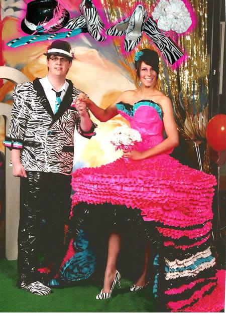 Nah, ini baru namanya kreatif Pulsker. Lakban warna-warni bisa digunakan jadi gaun yang keren.