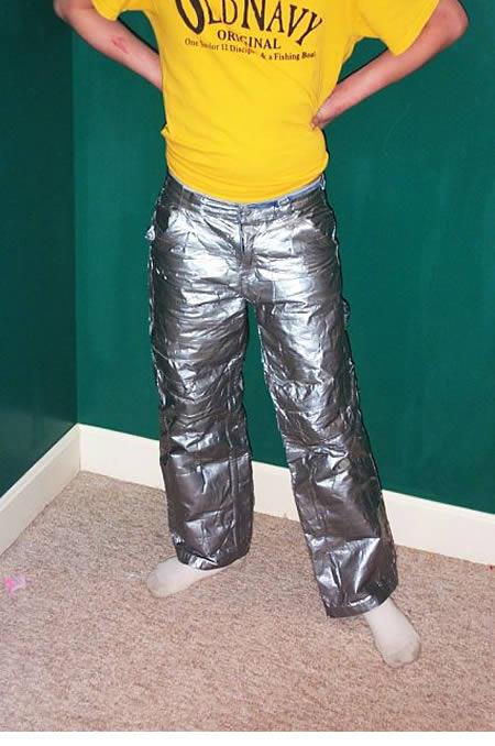 Mumpung lagi musim penghujan, cocok nih celana anti air dari lakban dipakai sebagai pengganti jas hujan.