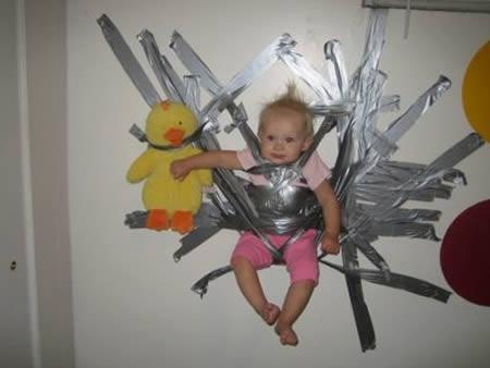 Kejam banget nih orang tuanya, si anak sampai di lakban ditembok gitu.