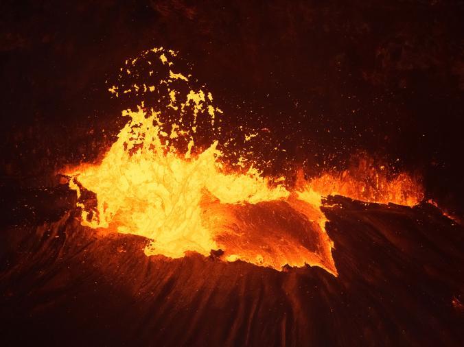 Muncratan lava panas terlihat di atas puncak gunung berapi. Foto ini sendiri diambil dari atas helikopter yang melintas sob.
