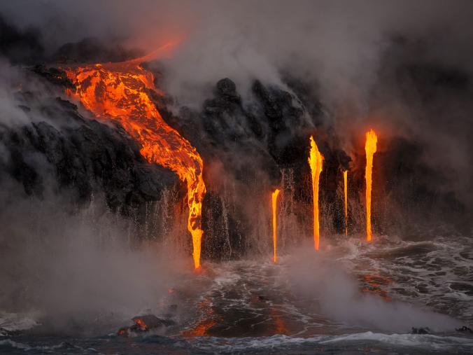 Bak air terjun, lava panas mengalir ke lautan. Fotografernya hanya berjarak beberapa ratus meter lho Pulsker dengan menggunakan perahu untuk mengambil foto ini.