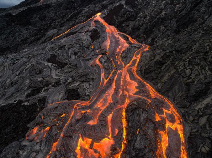 Kamera drone juga berhasil menangkap foto menakjubkan lelehan lava di puncak gunung berapi.