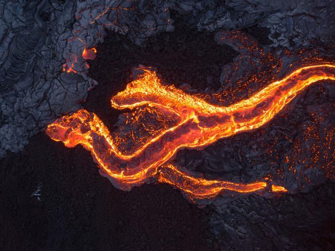 Foto udara menggunakan drone ini menangkap gambar saat lava panas mengalir dari gunung berapi Kilauea, Hawaii.