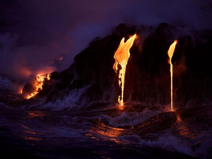 Saat senja tiba, foto-foto lava yang mengalir di sekitaran gunung berapi Kilauea nampak begitu indah. Hmm, kalau gini ceritanya sih antara menakjubkan sekaligus ngeri ya Pulsker ngeliatnya.