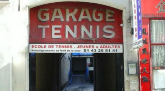 Lapangan Tenis Garasi Rue Saint Jacques, Paris Jika kamu ingin bermain tenis ketika berlibur ke Paris, maka salah satu lapangan tenis yang unik disana adalah lapangan tenis yang berada di salah satu tempat diantara bangunan bangunan runah warga.