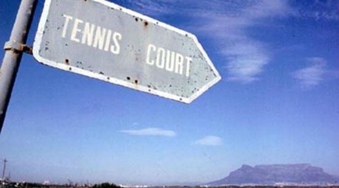 Rable Mountain Cape Town, Afrika Selatan Apa yang kamu lakukan ketika kakimu sampai di puncak gunung? Selfie memandangi dan mengagumi alam?Kalau kamu datang ke puncak Gununh Cape Town, Afrika Selatan ini maka kamu bisa bermain tenis.