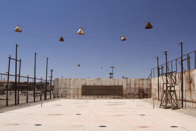 Humberstone, Gurun Atacama Cile Lapangan tenis ini kebalikan dari lapangan tennis terapung , Doha. Kalau lapangan terapung Doha kalian basah karena air laut bisa juga langsung nyebur mandi laut. Namun lapangan tennis ahumberstone ini bisa basah karena keringat karena lapangan ini terletak di tengah tengah gurun pasir yang suhu panasnya sangat puol.
