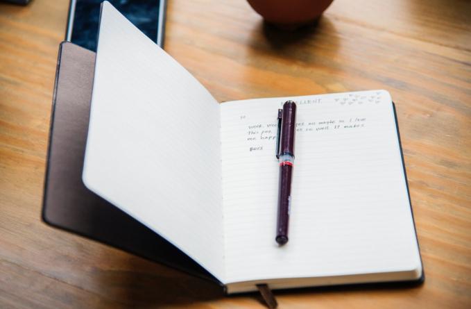 Buku harian bergembok Cewek jaman 90 an dulu memang sering menulis aktivitasnya tiap hari, nah biar nggak dibaca orang lain, mereka kebanyakan membeli buku harian yang bergembok.
