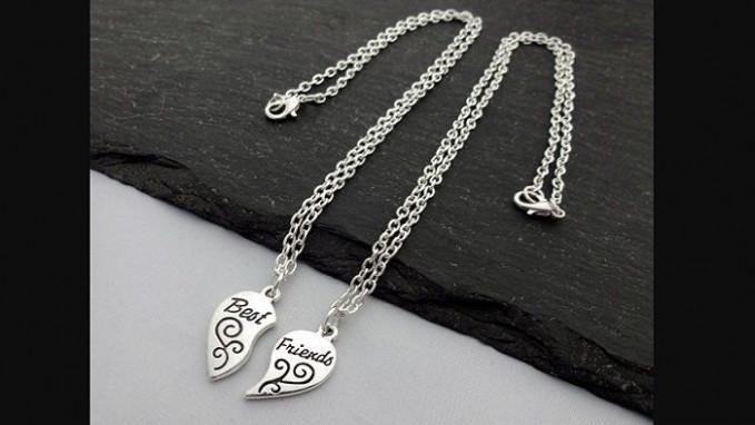 Kalung hati Biasanya liontin kalung ini berbentuk separuh Hati, dan pasti ada kalung pasangannya. Jadi jika dua kalung digabungkan liontinnya akan berbentuk hati.