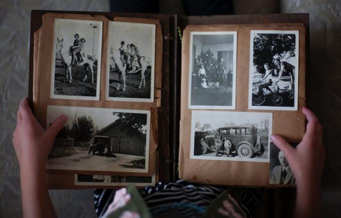 Album foto Setiap kenangan yang didokumentasikan dengan foto, pasti akan disimpan di album foto, ditata rapi bahkan menatanya sesuai alur cerita dari foto itu, jadi nggak acak.
