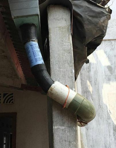 Beberapa komponen seperti selang filter mobil, paralon, botol bisa disambungkan dengan saluran pembuangan air hujan, biar air jatuhnya nggak ke teras rumah.
