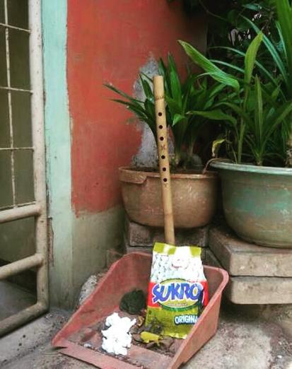 Yaelah ... sruling bambu bisa berjasa juga pada tempat sampah yang rusak