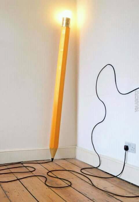Lampu berbentuk seperti pensil raksasa ini cocok dipajang di sudut kamar. Kabelnya seolah mirip hasil coretan pensilnya Pulsker.