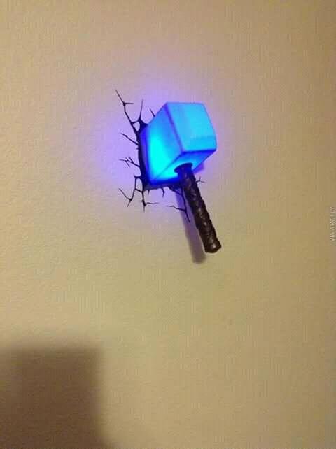 Wah, palu Thor ketinggalan di kamar nih. Untung aja temboknya nggak jebol semuanya ya?.