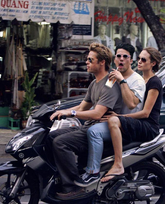 Ingat ya mas, kata pak polisi nggak boleh boncengan bertiga. Apalagi numpang di motornya Brad Pitt.