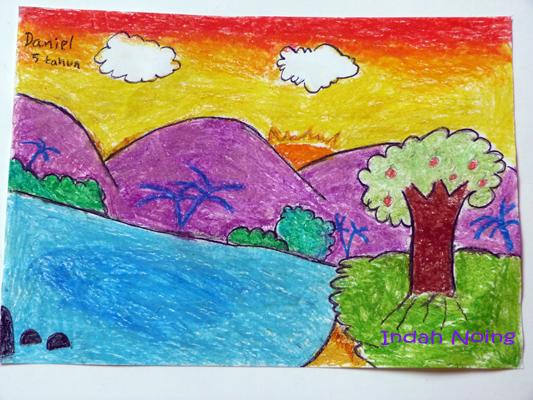 Gunung dan pepohonan di tepi sungai