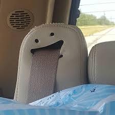 Sabuk pengaman mobil malah keliatang seperti ngeledek.