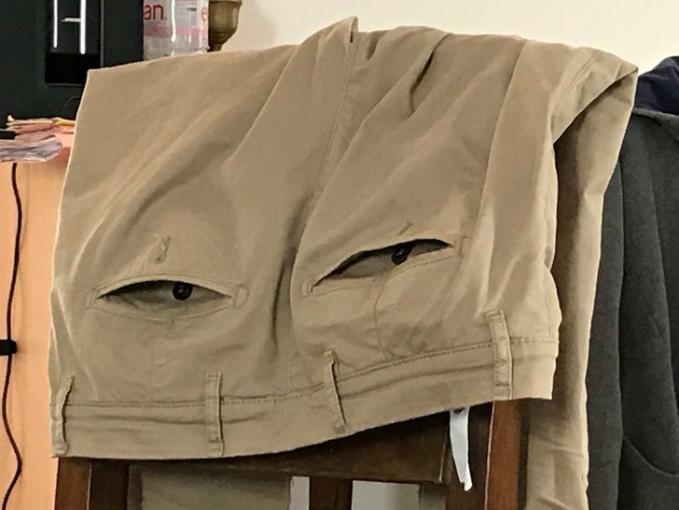 Awas ... celana itu sedang melirik ... jangan - jangan celana itu mata - mata