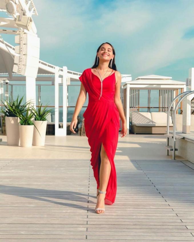 Aurora Ribero tampil cantik dengan dress warna mereka karya Andhita Siswandi