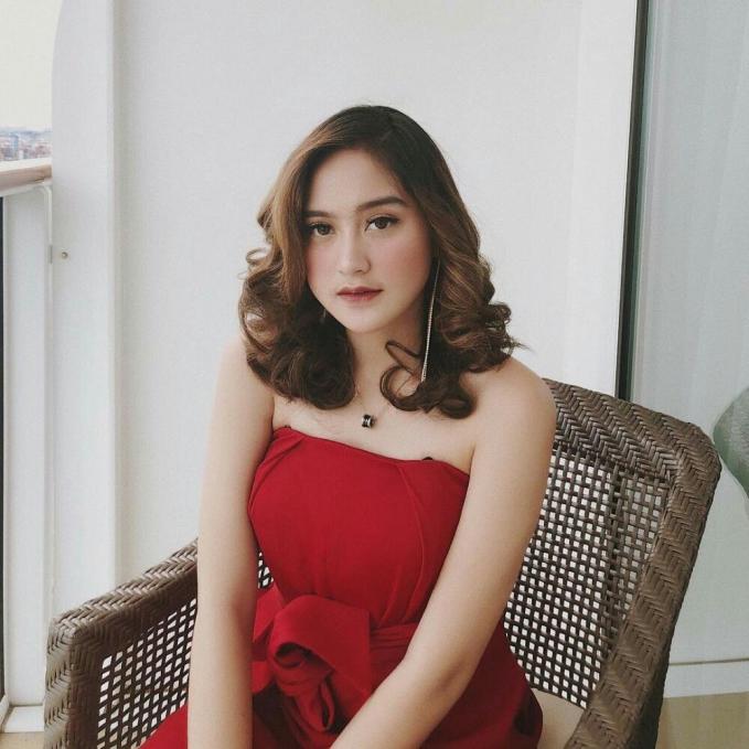 Salshabilla Andriani tampil dengan gaun warna merah dengan pundak terbuka.