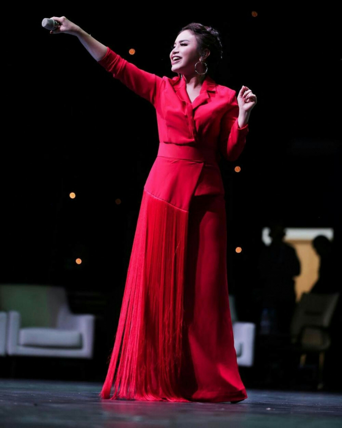 Rossa , semakin anggun dan terang pada saat menyanyi membuat semua mata bisa melihatnya lebih jelas.