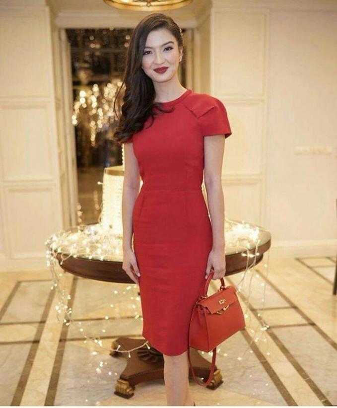Raline Shah, simple tapi sangat elegan. Tanpa ada desain yang ribet Raline terlihat sangat cantik.