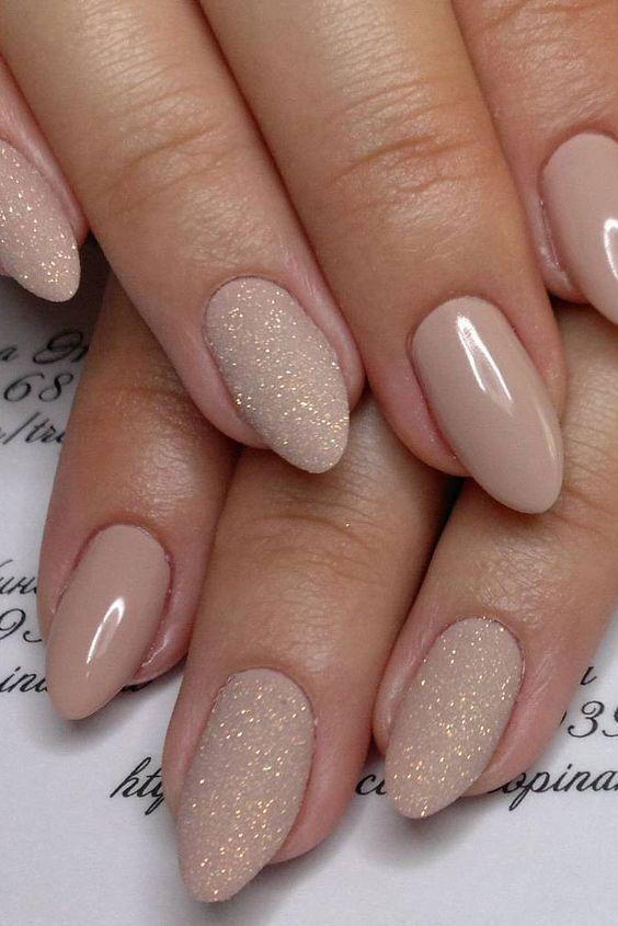 Buat yang suka dengan gaya nail art simpel, cukup cat kuku warna nude dan glitterB