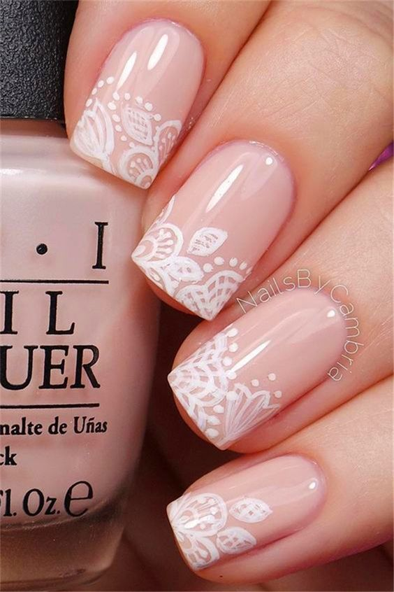 Beri aksen bunga putih di atas kutek warna pastel, cantik!
