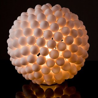 Bola lampu dari cangkakng telur Kulit telur yang digunakan adalah yang masih utuh. Namun tentu isinya telah dikeluarkan terlebih dahulu dengan trik tertentu. Artnya isi telur dikeluarkan tanpa merusak kulit atau cangkangnya. Biasanya cara yang dilakukan adalah dengan terlebih dahulu merendam telur dalam air cuka. Setelahnya telur akan menjadi lunak dan elastis, dan bisa dengan mudah ditusuk menggunakan jarum atau pisau. Isi telur pun dikeluarkan dan cangkangnya didiamkan kembali hingga mengeras. Setelah terkumpul banyak kuli telur utuh yang telah dikeluarkan isisnya itu, barulah disusun dengan rangkaian tertentu. Sehingga menghasilkan bentuk bola lampu seperti terlihat di bawah ini.