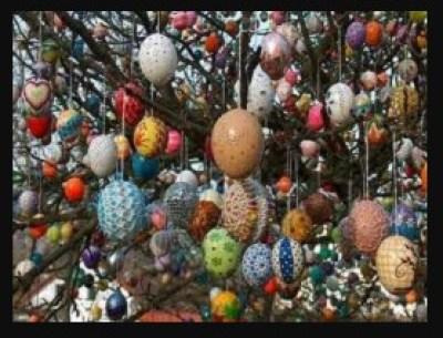 Hiasan gantung cangkang telur Bentuk hiasan ini adalah langkah lanjutan daripada meggambar cangkang telur. Setelah diberikan warna dan gambar, telur-telur bulat ini bisa digantung menggunakan benang dalam jumlah banyak. Sehingga dihasilkan ornamen hiasan indah dari kulit telur.
