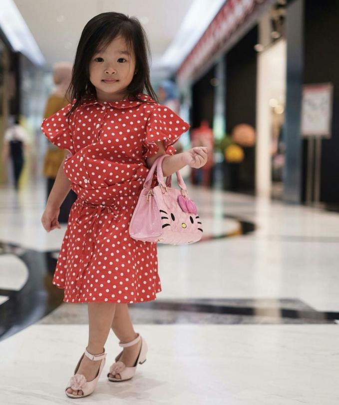 Pose centil Thalia sembari menjinjing tas hello kitty ini gemesin banget, deh!