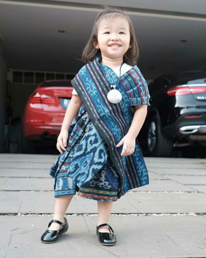 Lucunya Thalia dalam balutan kain tenun bernuansa biru, stylish abis!