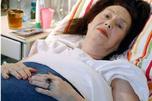 Adriana Iliescu Berikutnya ada Adriana Illiescu yang melahirkan secara prematur pada usia 66 tahun. Perempuan asal Rumania ini mencoba untuk hamil dengan IVF selama 9 tahun. Semua mengira dia akan melahirkan kembar 3 namun salah satu dari bayi itu meninggal di dalam rahim dan satu lagi meninggal pada saat melahirkan.