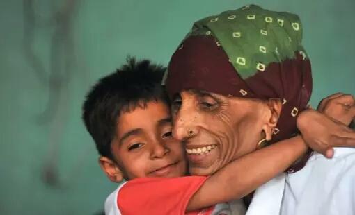 Rajo Devi Lhan Perempuan asal India ini melahirkan saat usianya sudah 70 tahun. Sebelumnya Rajo Devi tak bisa hamil sampai 50 tahun lamanya. Ia divonis mandul sampai akhirnya dia berobat ke sebuah klinik, hamil, lalu melahirkan anak perempuan yang sehat. Setelah melahirkan ternyata dia mengalami keadaan yang sangat sulit karena memang melahirkan di usia itu sangat beresiko besar. Rahimnya pecah dan masa masa setelah operasi cesar adalah masa yang sulit baginya.