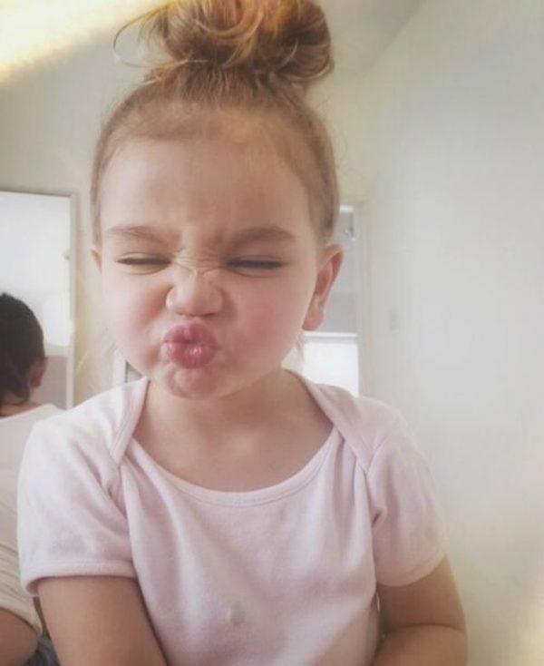 Gaya duck face yang sering digunakan ketika foto selfie jadi lucu kalau dilakukan anak-anak.
